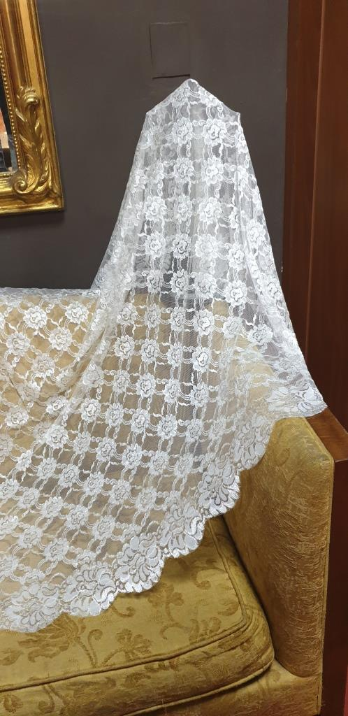 MANTILLA DE BLONDA  MARFIL REF. 217M   DISPONIBLE DOS MEDIDAS